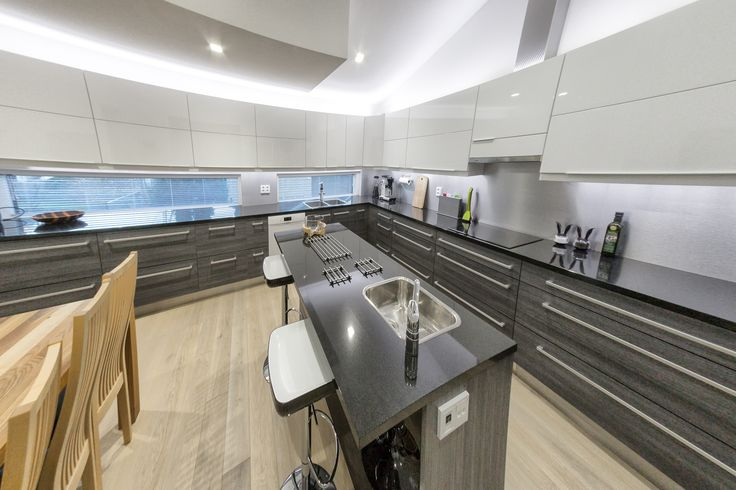 Tämä keittiö on noin 25 m² suuruinen. Isoon tilaan mahtuu kaappeja ja laatikoita.