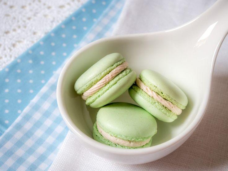 Diese Macarons Füllung ist fruchtig und cremig dank Joghurt, Erdbeeren und wei …
