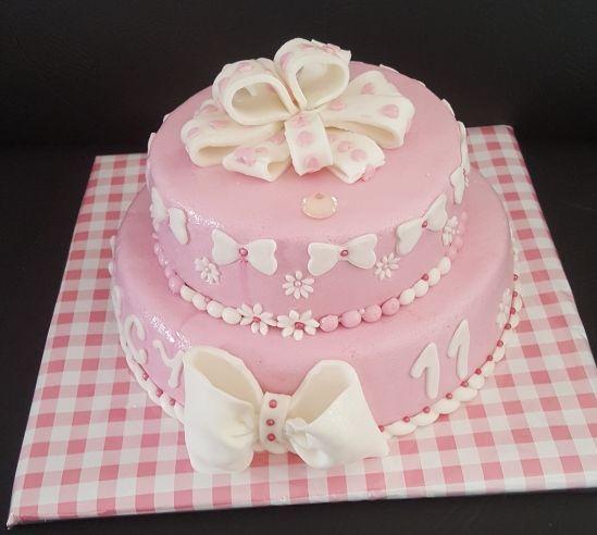 meisjestaart roze met witte strikken