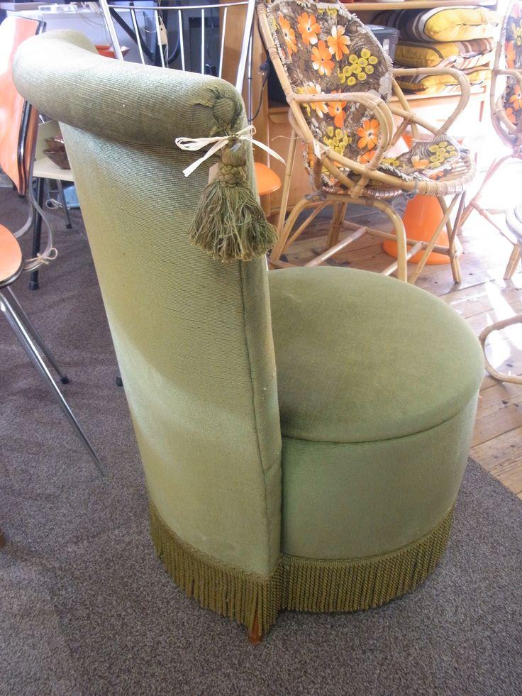 Vintage naaidoos stoel in goede staat. De stof is groen velours en het binnenwerk is in goede staat. Prijs € 60.00.