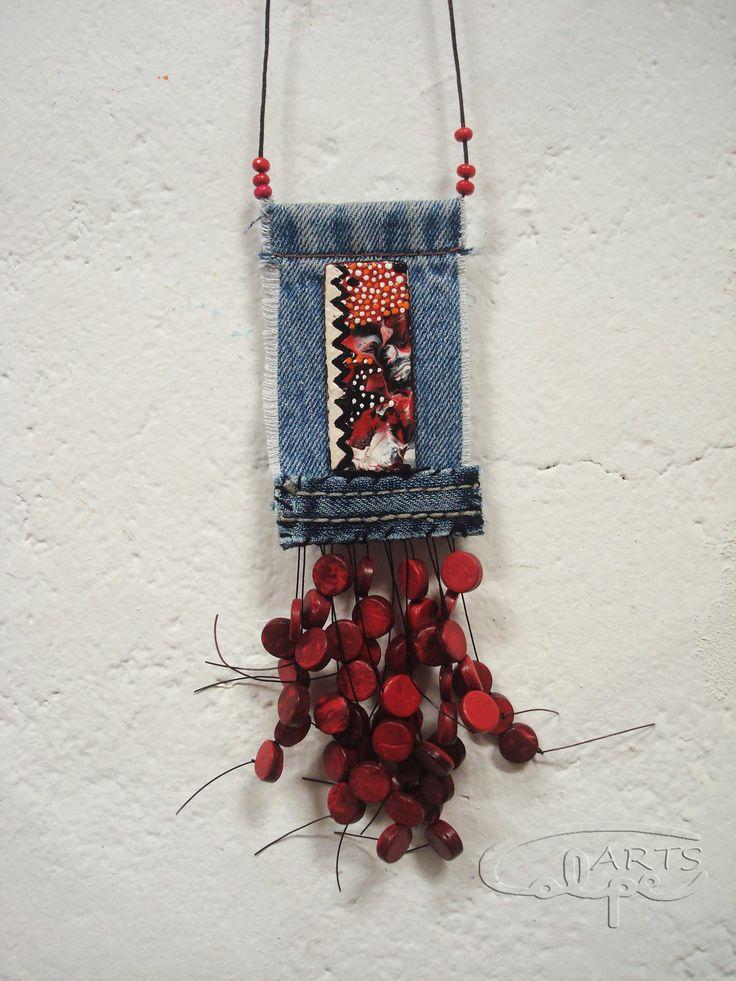 Pieza original realizada con tela vaquera, botón pintado y hecho a mano, y otros complementos. http://calpearts.blogspot.com.es/p/colgantes.html