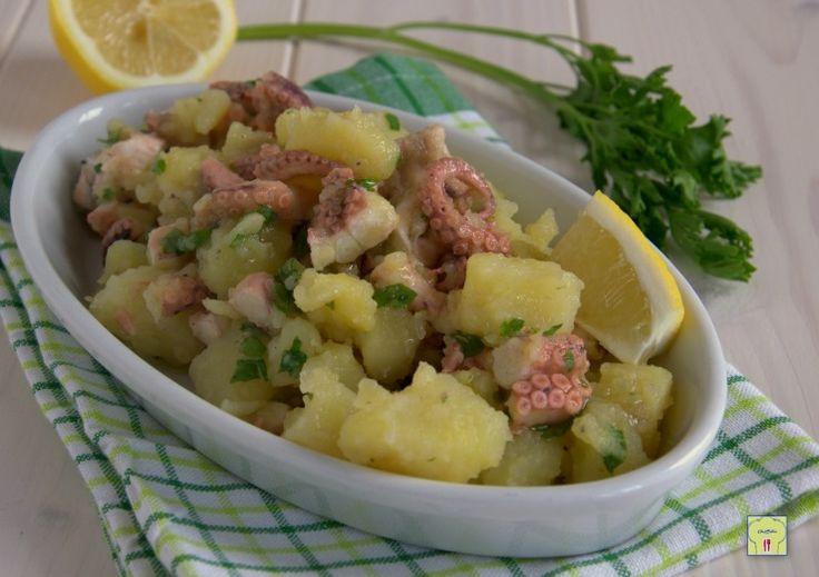 Insalata di polipo e patate, secondo piatto di mare tipico della cucina mediterranea, facile da preparare e molto gustoso.