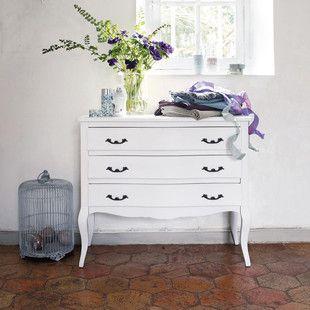 Elegante mobile in legno classico, il comò bianco Séraphine regala una ventata d'aria fresca ai vostri interni.  Questo comò con 3 cassetti ...