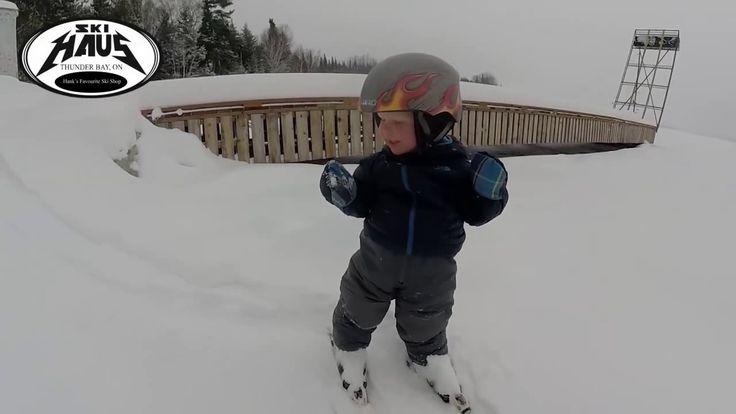 Этот 2 летний малыш катается на лыжах, как настоящий профи!