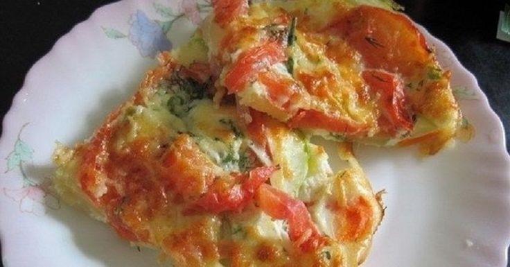 Skvelé raňajky, alebo večera! Zapekaná zelenina na čele so sezónnou cuketou sa priam núka na dobitie bateriek avitamínov počas horúcich dní. Je nadýchaná ako omeleta, rýchlo hotová aextrémne chutná. Naštartujte alebo ukončite deň zdravo. Budete potrebovať: 300g cukety 1 mrkva 1 cibuľa 1 paradajka soľ podľa chuti korenie podľa chuti kôpor podľa chuti 50g tvrdého