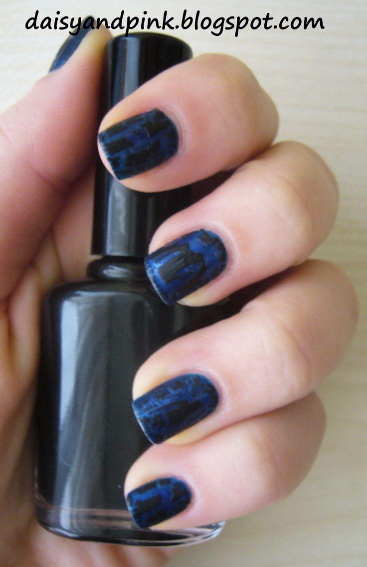 NOTD: Mavi üzerine siyah çatlayan oje - Gözde Okul