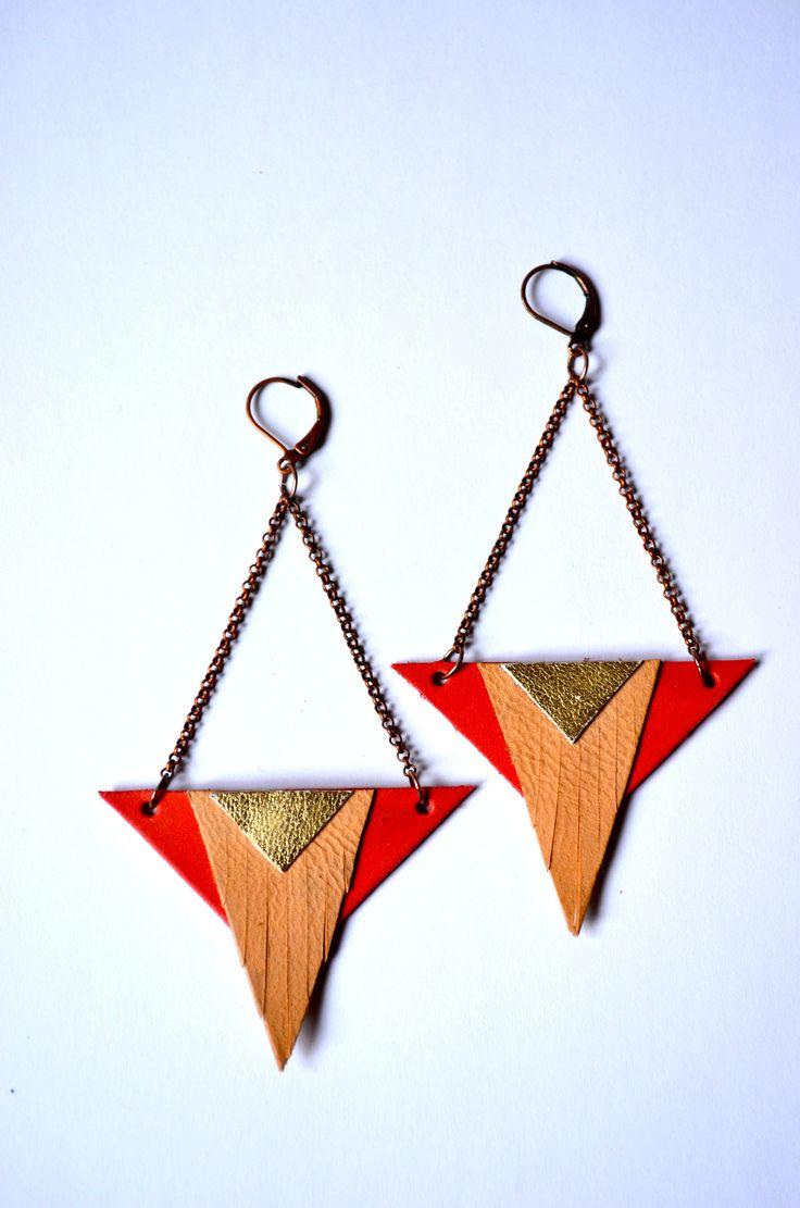 Boucles d'oreille ethniques en cuir 100% handmade   Triangle à franges indiennes Framboise, or et peau
