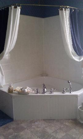 The Gridley Inn Bed   Breakfast  Waterloo  NY LOve how they used a curved  shower curtain rod   mounted it above a corner garden tub   then draped the   Top 25  best Corner tub ideas on Pinterest   Corner bathtub  . Garden Tub Shower Combo. Home Design Ideas