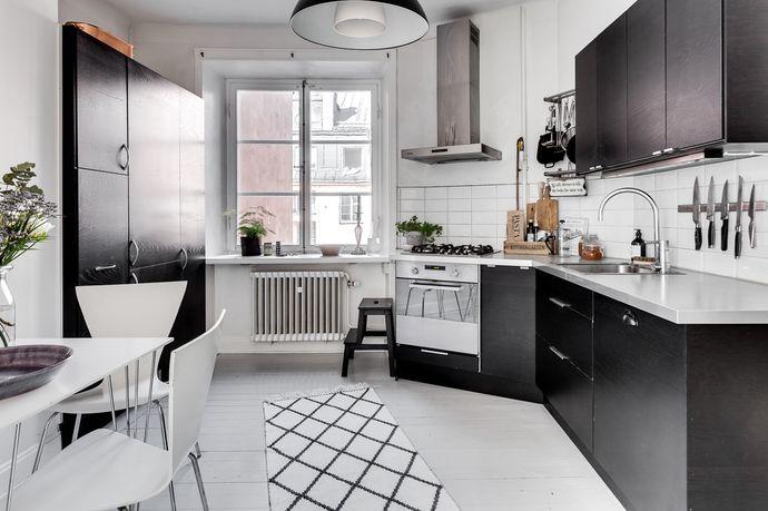 Ljus och fin etta med ett stort kök och vackra 20-talsdetaljer såsom bra takhöjd, originalradiatorer, speglade dörrar, fönstersmygar och furugolv. Mycket välskött och lågt belånad förening med de stora renoveringarna bakom sig. Fönstren vetter ut mot lugna innergårdar utan insyn. Läget vid Nytorget erbjuder det absolut bästa utbudet i restaurang- och caféväg.