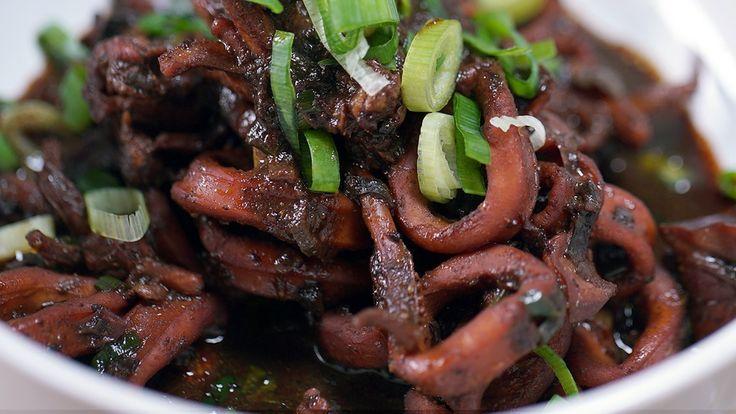 Resep dengan petunjuk video: Makanan khas Surabaya, Jawa Timur ini biasanya Rawon menggunakan daging, kali ini kita menggunakan cumi yang membuat rawon menjadi lebih gurih. Bahan: 300 gr cumi segar yang berukuran kecil (kurleb seukuran jari dan bersihkan dalamnya), 1 batang sereh, 3 lembar daun salam, 5 lembar daun jeruk, 3 ruas lengkuas, 2 ruas jahe, 3 sdm gula jawa, 6 buah keluak/kluwek yang dikupas dan dihancurkan (pilih yang tua), 1 butir jeruk nipis, 1 batang daun bawang, 500 ml air...