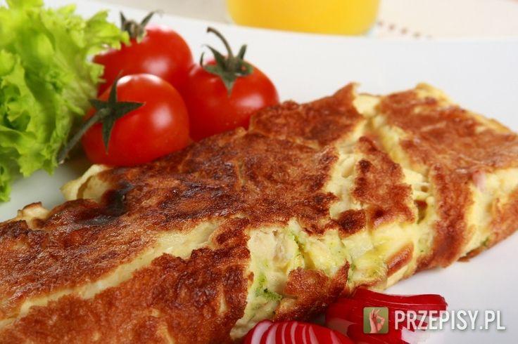 """Pokrój szynkę w kostkę, paprykę drobno posiekaj.  Wymieszaj dokładnie mleko i jajka. Wlej na patelnię i smaż na bardzo małym ogniu, do momentu, kiedy omlet lekko """"urośnie"""".  Dodaj szynkę, paprykę, skruszoną Przyprawę w mini kostkach Knorr i pieprz.  Złóż omlet na pół i smaż jeszcze przez chwilę - do czasu, gdy jajko całkowicie się zetnie. Podawaj na śniadanie z sokiem pomarańczowym."""