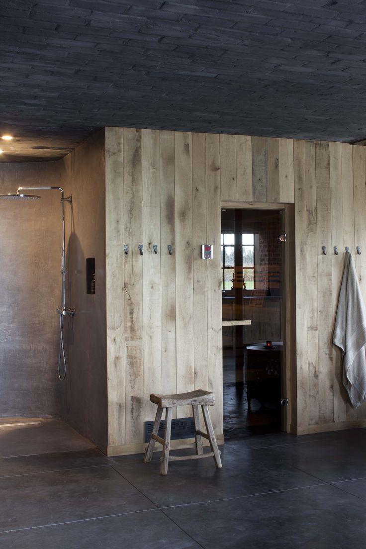 project van DIRK COUSAERT wand in ruwe eiken planken / toegang tot sauna  vloer in gezaagde beton origineel plafond in stenen