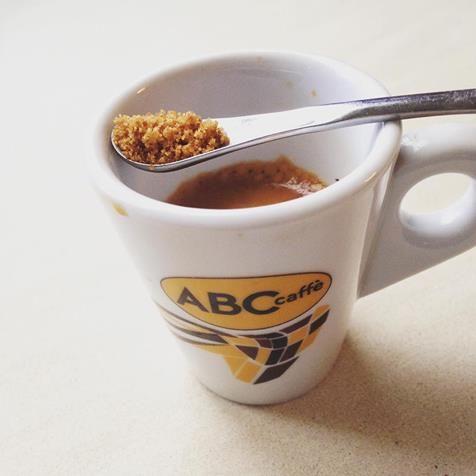il caffè espresso artigianale è ABC caffè. Il colore perfetto per l acrema del caffè espresso è un bel color nocciola