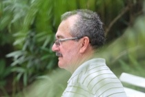 """Carlos Tenório, o """"xerife"""" que multou carros da Fifa Após multar os carros oficiais da Fifa por estacionamento irregular, em Boa Viagem, o agente de trânsito do Recife, Carlos Alberto Tenório Gouveia, 58 anos, ganhou fama. Para alguns de """"xerife"""". O distintivo em forma de estrela, como nos filmes de faroeste, não chegou ao guarda municipal. Os elogios por fazer valer a lei brasileira, sim. De boa conversa, Carlos Tenório  Publicação: 16/06/2013 09:00 Atualização: 15/06/2013 03:26"""