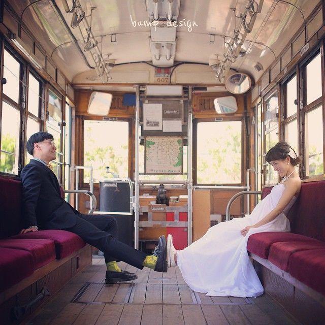 #京都 京都で春のロケーション前撮り! 市電の中とかで撮っちゃいましょう。レトロでかわいい〜 なぜ足と足を合わせたか。 うーん それは内緒です。 いや、たいした意味はありません!笑 #結婚写真 #花嫁 #プレ花嫁 #結婚 #結婚式 #結婚準備 #婚約 #カメラマン #プロポーズ #前撮り #エンゲージ #写真家 #ブライダル #ゼクシィ #ブーケ #和装 #ウェディングドレス #ウェディングフォト #七五三 #お宮参り #記念写真 #ウェディング #IGersJP #weddingphoto #bumpdesign #バンプデザイン
