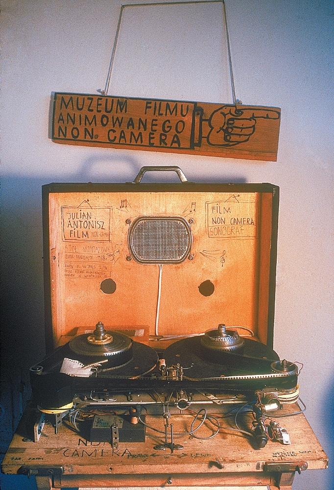 Julian Antonisz. Stół montażowy do montowania taśmy ze ścieżką dźwiękową / Julian Antonisz. Stage to mount the tape with a soundtrack