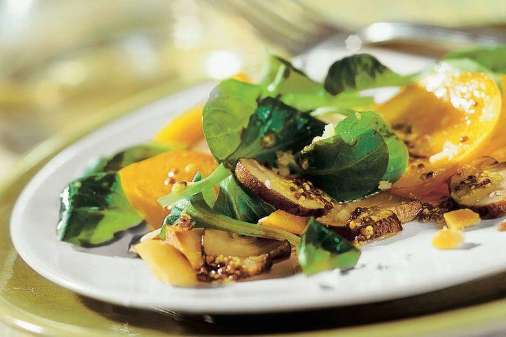 Sharonfrucht auf Feldsalat