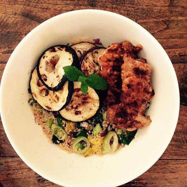Recept van de dag - Volkorencouscous met gegrilde kip en groentes – ingrediënten voor 2 personen: 80 gram volkoren couscous, half groentebouillon tabletje, preiringen,  Fri Light, blokjes gele paprika, 1 rode ui (rauw), 200 gram kippendijtjes (zelf marineren met peper, zout, knoflook en baharat kruiden), courgette en aubergineplakken (gegrild). #newfysicproof #wewv #receptvandedag #healtyfood #afslanken #fitdezomerin #healthchallenge