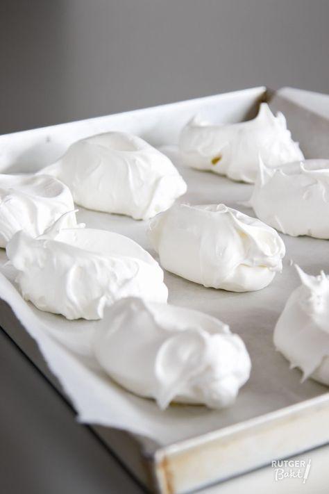 Dit recept voor knapperige meringues van eiwitschuim is makkelijk en lekker. Het wordt gemaakt van Franse meringue, ook wel rauw schuim genoemd.