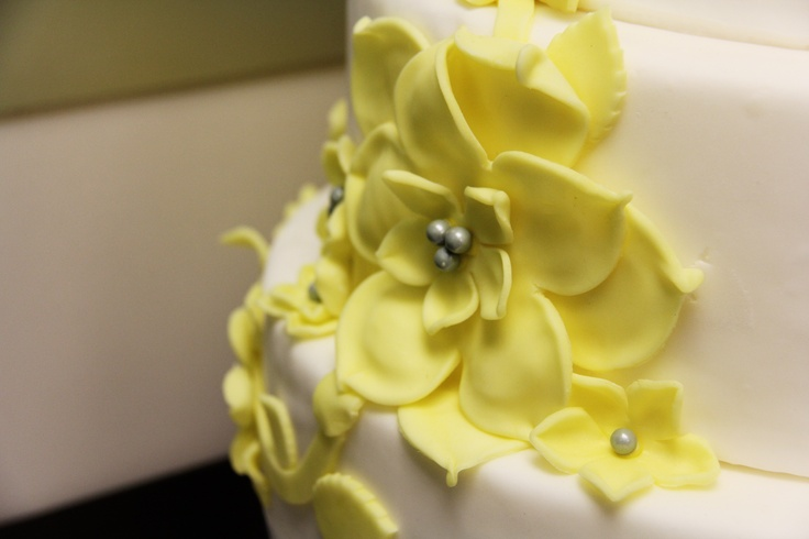 Edible Details of Yellow Petals Wedding Cake