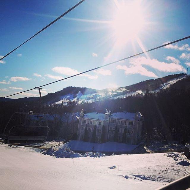 Blue and sunny sky! We are loving it! #mountainlife #skiquebec #sommetsstlaurent #slsummits