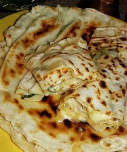 Гьозлеме (гюзлеми) със сирене, чесън и магданоз - изображение