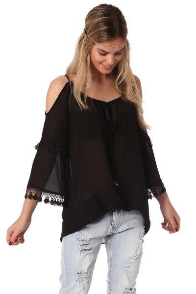 *Zwarte  blouse gemaakt van een licht geweven heerlijk draagbare iets transparante stof.  Ronde halslijn met veter sluiting  open schouders met franjes en kant detail aan de mouwen  Relaxte fit.  Leuk voor overdag gecombineerd met een jeans!