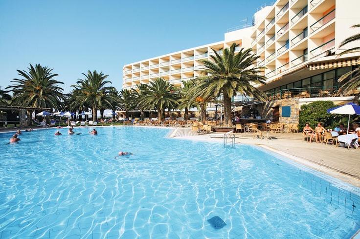 Hotel Calimera Sirens Beach ligt heerlijk rustig, direct aan het strand en toch vlakbij het centrum van Malia. In de ruim opgezette, mooie tuinen liggen diverse grote zwembaden. Hier vindt u alle ingrediënten voor een ontspannen en geslaagde vakantie.  Voor kinderen is er een leuke miniclub waar ze dagelijjks leuke spelletjes kunnen doen. Ook is er een kinderbad en een speeltuintje. Dit hotel heeft een ideale ligging. Het is rustig gelegen, direct aan het strand. Officiële categorie A