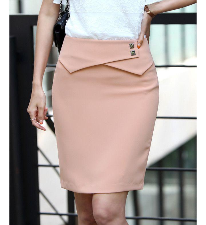 FALDA RECTA: Es un estilo muy clásico y favorece a todo tipo de cuerpo. Ideal para un look de trabajo combinado con un saco entallado o simplemente con una blusa para un look elegante.