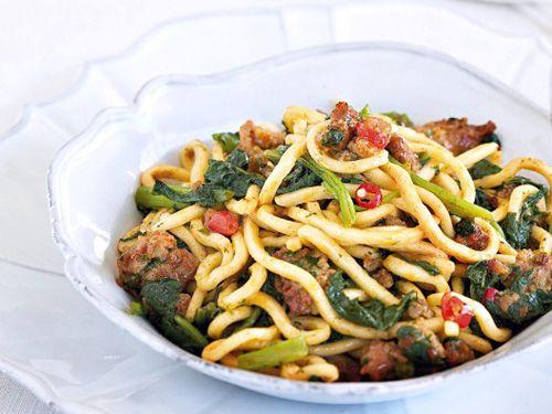 ¿Has probado alguna vez a preparar la pasta con grelos? Receta de espaguetis con grelos y salchichas