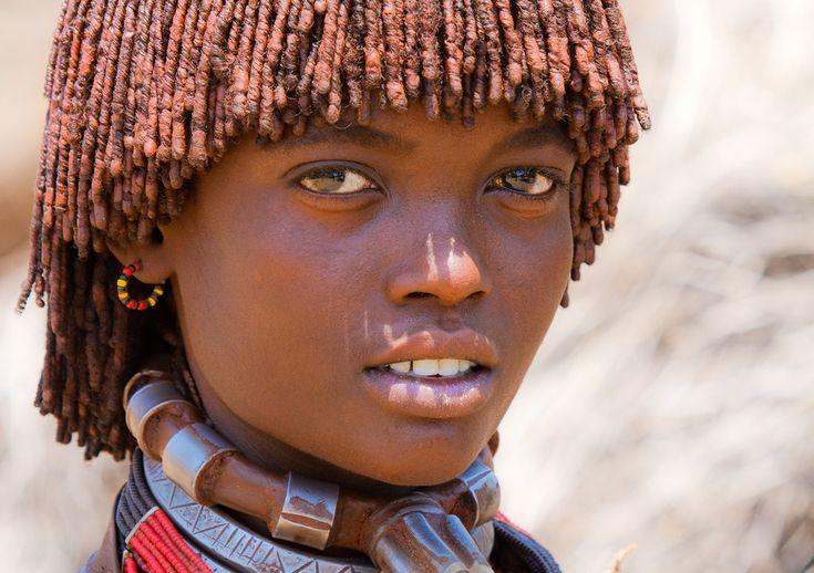 Niña etíope de la tribu Hamer