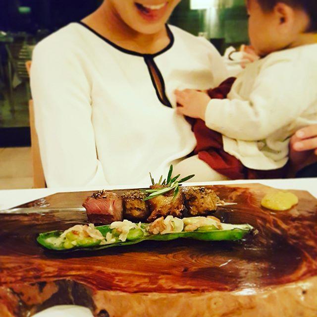 #二期倶楽部 #那須 #ガーデンレストラン #ジビエ  週末は那須へ。 ずっと行ってみたかった二期倶楽部へ。 #3歳 #1歳 連れての #子連れ旅行 ですが、とても温かいおもてなしでとても過ごしやすく、素晴らしいステイとなりました。 ハイハイの子供も過ごしやすいとのことで、本館和洋室をご用意いただいたのですが、大正解◯ レストランも、同じ子連れのご家族と同じ個室にご案内いただき、気兼ねなく過ごせました。 (ま、気兼ねないは嘘かなw多少手こずったけれどもw) それでもやっぱりご飯は美味しくて❤️昼もステーキ聚楽で、美味しいステーキいただいたのですが、夜も飽きずにお肉! ついつい喜んだ顔も旦那さんに激写されてました(ちゃんと肉フォーカス)。 また行きたい、 また帰りたい、 素敵な思い出になりました。 . でも、翌日帰宅して、家で簡単夕飯を作ったら、 「ああーやっぱり家飯が1番!俺はやっぱり家が好きー」と旦那さんが吐き出すように一言(笑 息子も大盛り肉丼(家でもやっぱり肉w)をペロリたいらげ。 とてもとても幸せなことだなぁと思いました。…