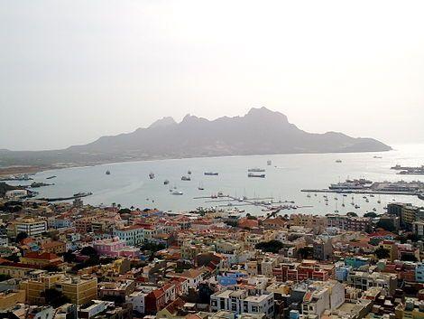 View of downtown Mindelo en Baía do Porto Grande, São Vicente, Cape Verde