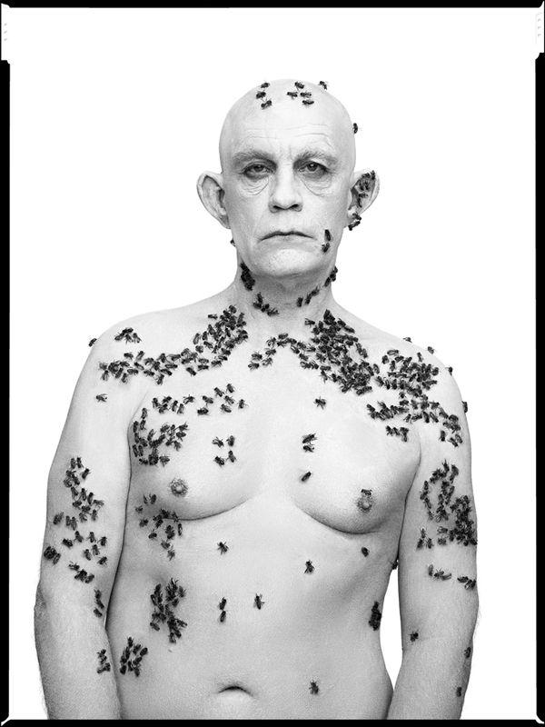 Des portraits célèbres recréés avec John Malkovich Richard Avedon   Ronald Fisher Beekeeper Davis California May 9 1981 2014