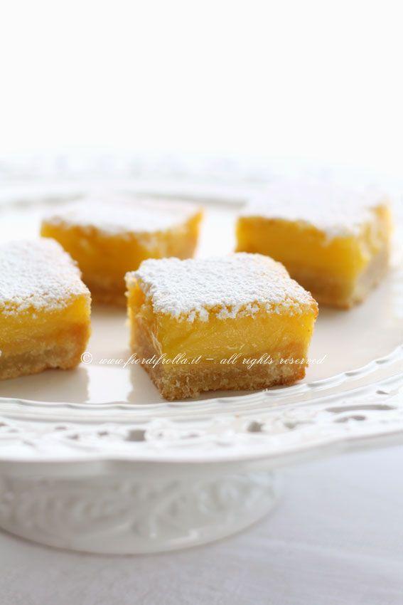 Lemon coconut barsLemon coconut bars  Ingredienti per 16 quadrotti: per la base: 200 g di burro freddo di frigo 250 g di farina 00 30 g di zucchero a velo 1 uovo  per il ripieno: 6 uova 375 g di zucchero semolato 40 g di farina 00 70 g di cocco rapé 125 ml di succo di limone, filtrato 1 cucchiaio colmo di scorza di limone zucchero a velo per spolverizzare