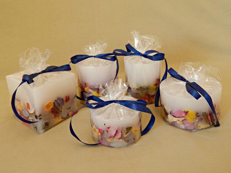 Λευκά χειροποίητα αρωματικά κεριά με αποξηραμένα λουλούδια, μπλε λεπτομέρειες και άρωμα βιολέτας. White handmade aromatic candles with flowers, blue details and stones with violet aroma. www.kirofos.gr