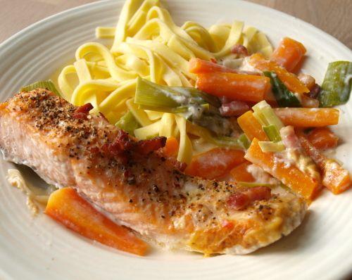 Opskrift på Lækker laks på bund af porrer og gulerødder - Find lette opskrifter til at lave god mad
