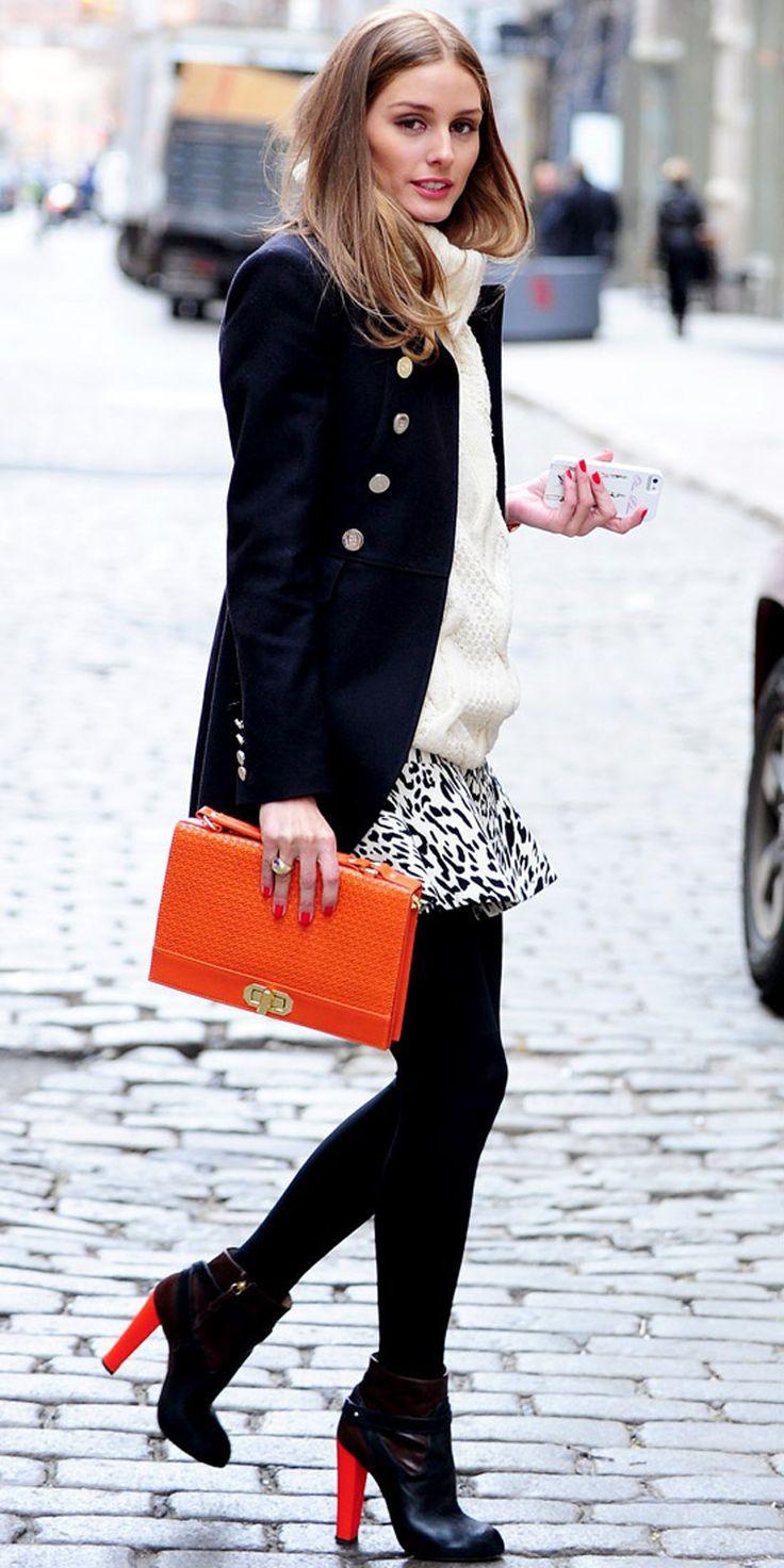 Acheter la tenue sur Lookastic:  https://lookastic.fr/mode-femme/tenues/caban-pull-torsade-minijupe-bottines-pochette-collants/1212  — Pull torsadé blanc  — Caban bleu marine  — Minijupe imprimée léopard blanche et noire  — Pochette en cuir orange  — Collants noirs  — Bottines en cuir noires