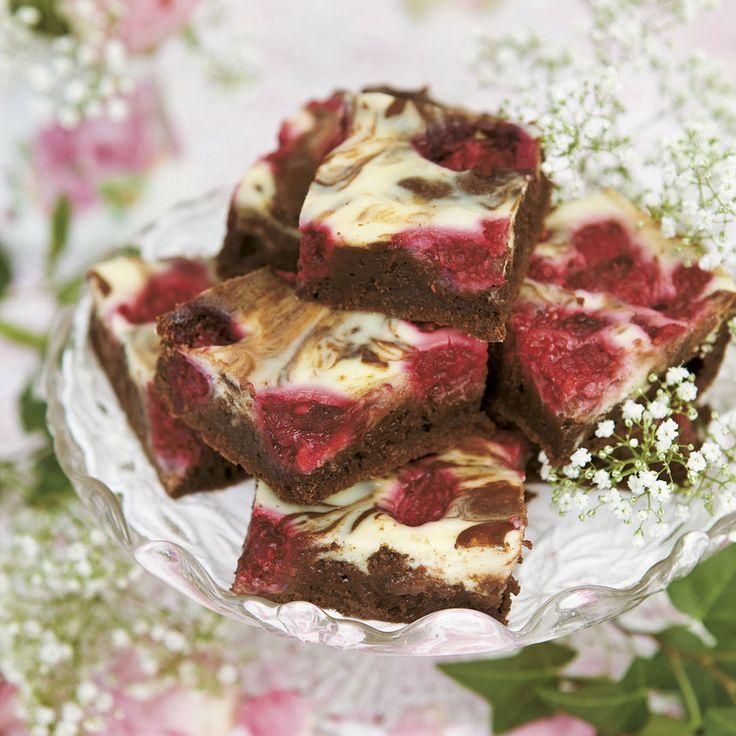 Marmorerade brownies med färskost och hallon blir snabbt en succé på fikabordet.