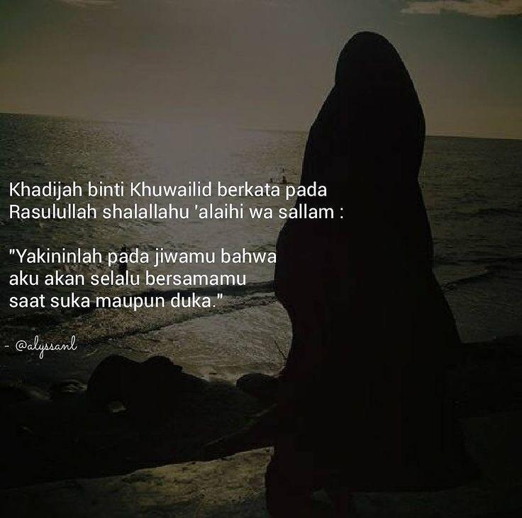 """Sebelum wahyu turun Rasulullah shalallahu 'alaihi wa sallam hendak turun dari Gua Hira dalam perjalanannya ada yang memanggil namanya: """"Muhammad Muhammad Muhammad""""  Namun tidak ada orang disekitar. Saat melihat keatas ada sesosok makhluk berjubah putih duduk diantara bumi dan langit itu adalah Malaikat Jibril.  Rasulullah pun bergegas pulang kerumah karena merasa ketakutan hanya karena melihat wajah Khadijah.  Khadijah berkata: """"Wahai suamiku jangan khawatir Allah tak akan menghinakanmu. Kau…"""