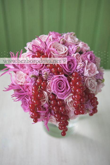Свадебный букет из розовых роз и гиацинтов с ягодами красной смородины