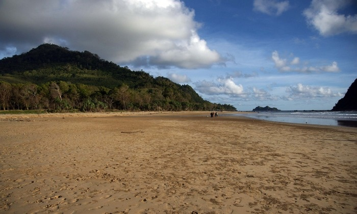 The beach has golden sands stretching 3 kilometers. Photo by Wahyoe Boediwardhana.