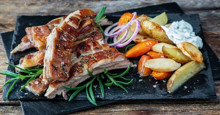Er du glad i smaken av lam, vil du elske sprø, grillet lammeribbe. Du kan variere med mange ulike krydder og smaker til dette saftige kjøttet med sprø stekeskorpe, men en sikker vinner er alltid hvitløk og rosmarin. Knallgod kosemat som gjør seg selv i ovnen og gjerne kan spises med fingrene.