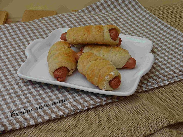 Le rollatine ai wurstel nel fornetto Versilia: uno stuzzichino invitante da servire per l'aperitivo, per una cena in famiglia o sulla tavola del buffet.
