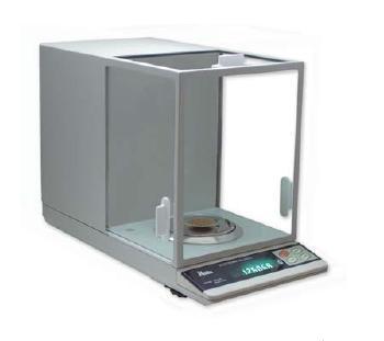Balanza Analitica Laboratorio con mueble metálico y plato de pesada (Ø 9 cm) en acero inoxidable.Sensor electromagnético de gran precisión y fiabilidad.  Burbuja de nivel y pies regulables. Urna de cristal con puertas deslizantes. Unidades de pesada: gramos (g). Tara sustractiva en todo el rango de pesada. Función de pesada por debajo. Calibración automática mediante pesa interna.