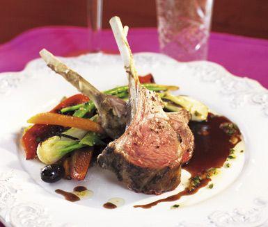 Vällagade lammracks med rostade rotsaker. Till lammracksen och de rostade rotsakerna serverar du en underbar balsamsky med balsamvinäger, honung, apelsinjuice och kalvfond. En mättande och smakfull middag.
