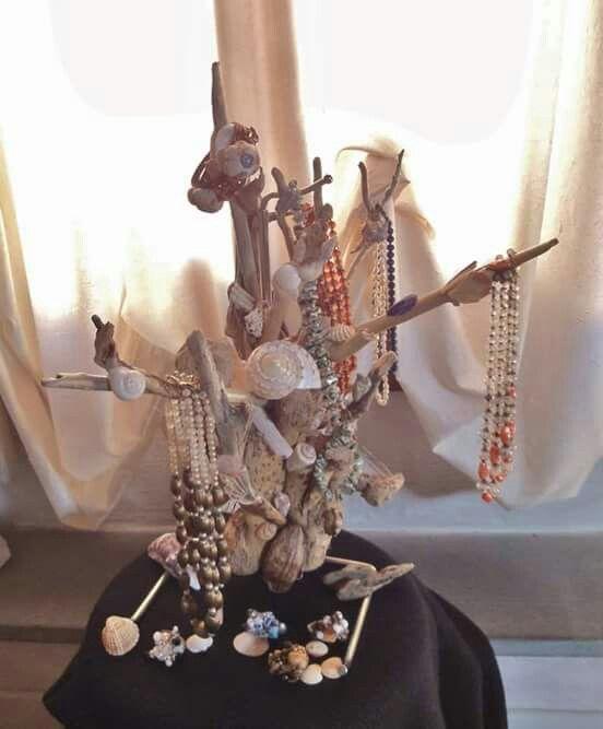 Porta-collane realizzato con legni di mare e conchiglie