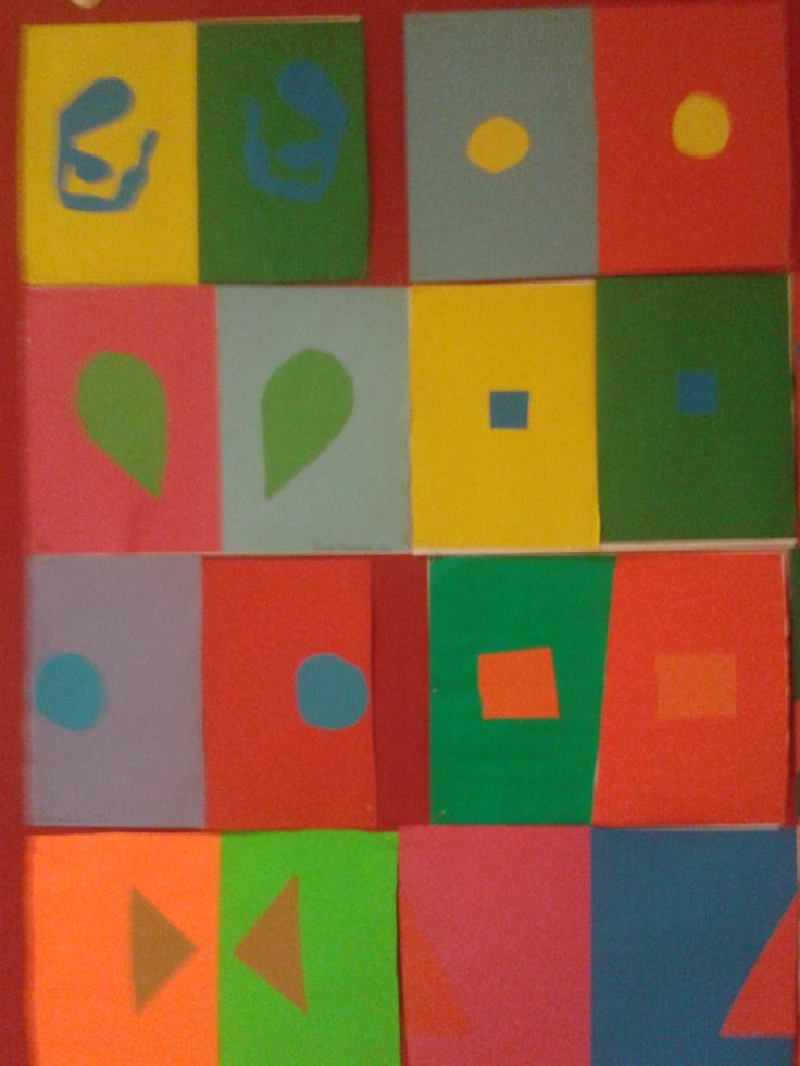 Wystawa prac uczniów ilustrujących zjawisko względności barw.