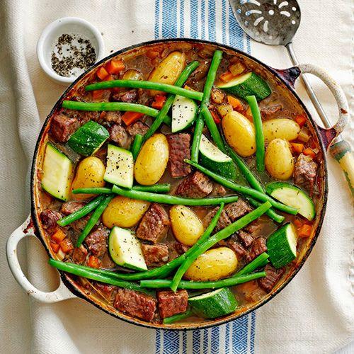 Jamie Oliver. Een makkelijk stoofgerecht met aardappelen, rundvlees en sperziebonen: bomvol smaak en vitaminen!     1Verwarm de oven voor op 160 °C.    2 Verhit1 el olie in een grote braadpan. Wentelhet vlees door de bloem en bak het...