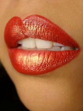utilisez un fard doré pour apporter du volume au lèvres #beauté #maquillage #fete #rougealevres #paillettes #monvanityideal